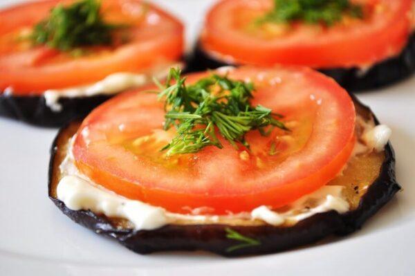 Баклажаны жареные с помидорами